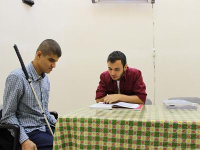 Gönüllü ögretmenlerimiz üyelerimizi ders çalistiriyor
