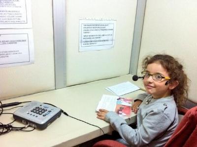 En küçük gönüllü okuyucumuz Nisa Ceren Şentürk kitabını seslendiriyor.